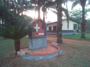 Monument en memoire de Robert Guckwa, SMA, assassine a Bimbo en 1994